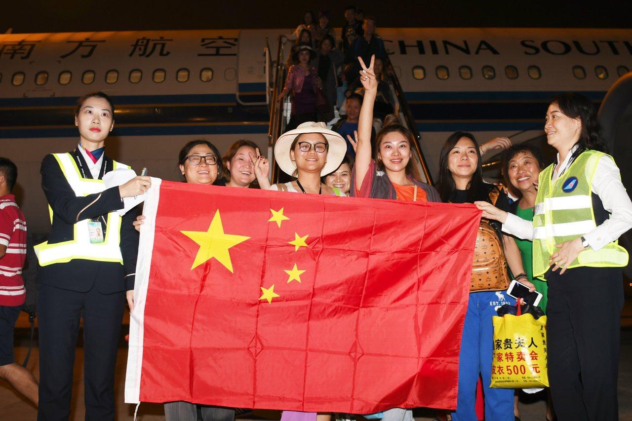 中國派機接返滯留峇里島同胞,滯留期間遭遇物價飛漲。 中國新聞社