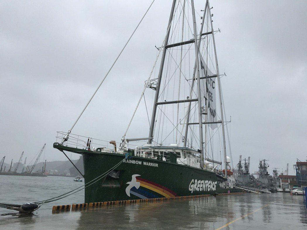 海上傳奇之稱的綠色和平船艦第三代「彩虹勇士號」,抵達基隆港。 記者吳淑君/攝影