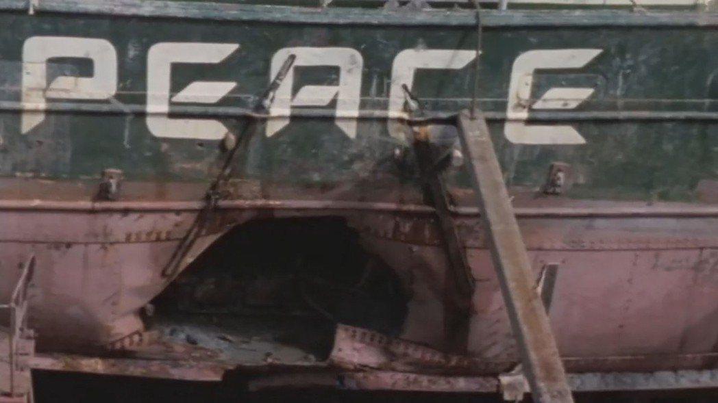 1985年7月10日11點45分,第一代「彩虹勇士號」在紐西蘭的奧克蘭海港的停靠...