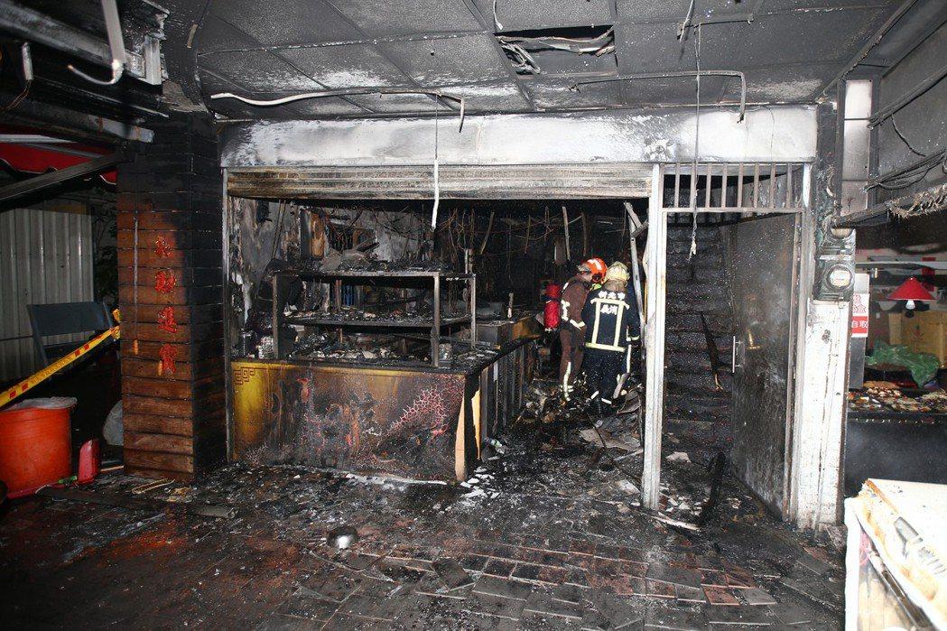 新北市土城區知名鵝肉店11月30日疑似少東欠賭債遭扔汽油彈報復,整個店面被燒得焦...