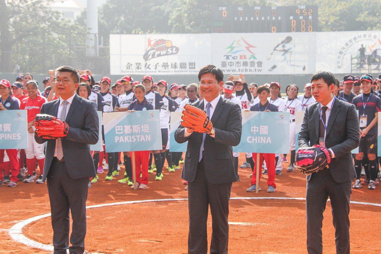 第11屆亞洲女子壘球錦標賽29日起在台中展開,立法院副院長蔡其昌(前左)、台中市...
