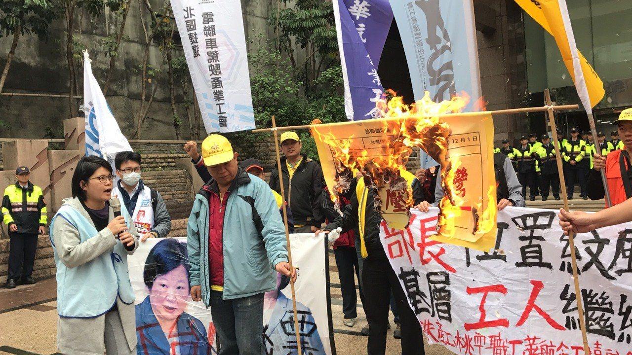勞工團體今天宣布終止269小時絕食行動,同時演出行動劇、燃燒「過勞台灣診斷書」,...