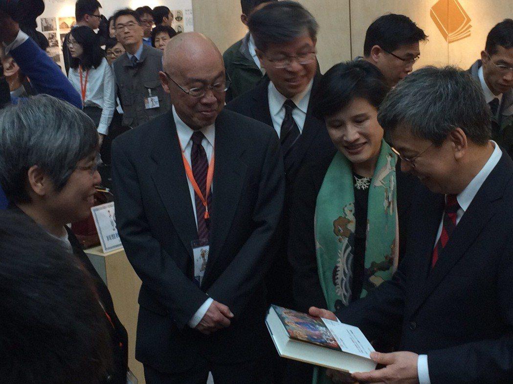 臺灣商務印書館推書有一套,副總統陳建仁顯然對手中的《天主之城》很有感覺。 圖/臺...