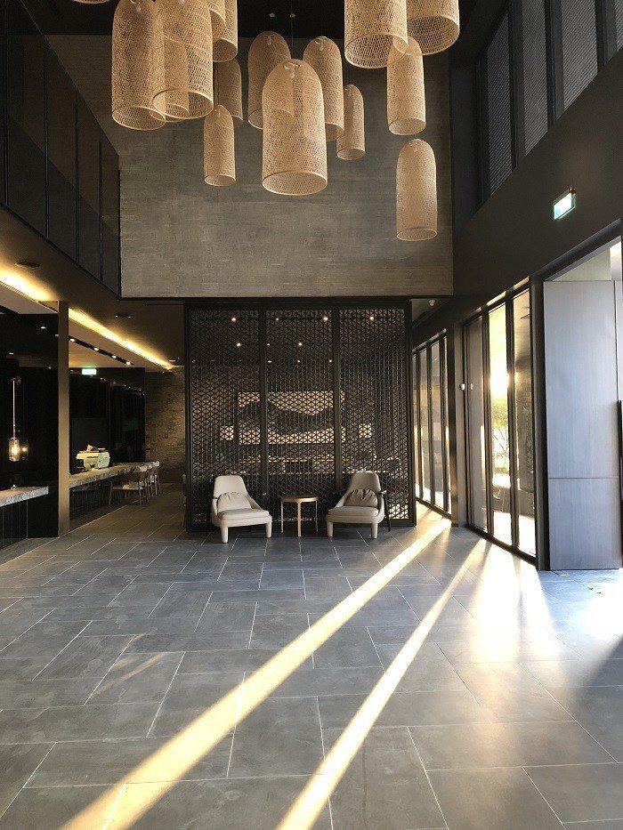 遠雄內湖旗艦會館,特別與新銳室內設計團隊合作,以新東方設計美學為思考起點,由內而...