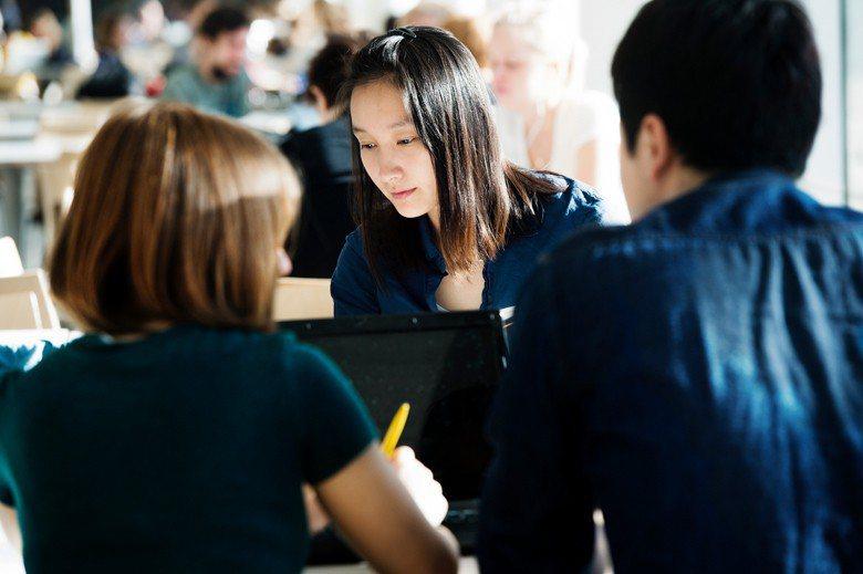 第一門瑞典文課專注於非文學類文章的閱讀寫作,旨在訓練學生能理解文章意涵。 Cre...