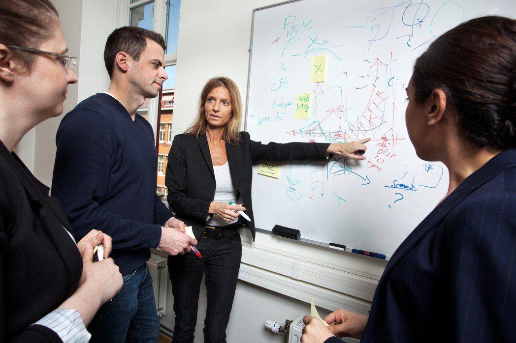 瑞典學校提供更高的薪水給老師們當作獎勵,讓許多有潛力的教案化為具體行動。 Cre...