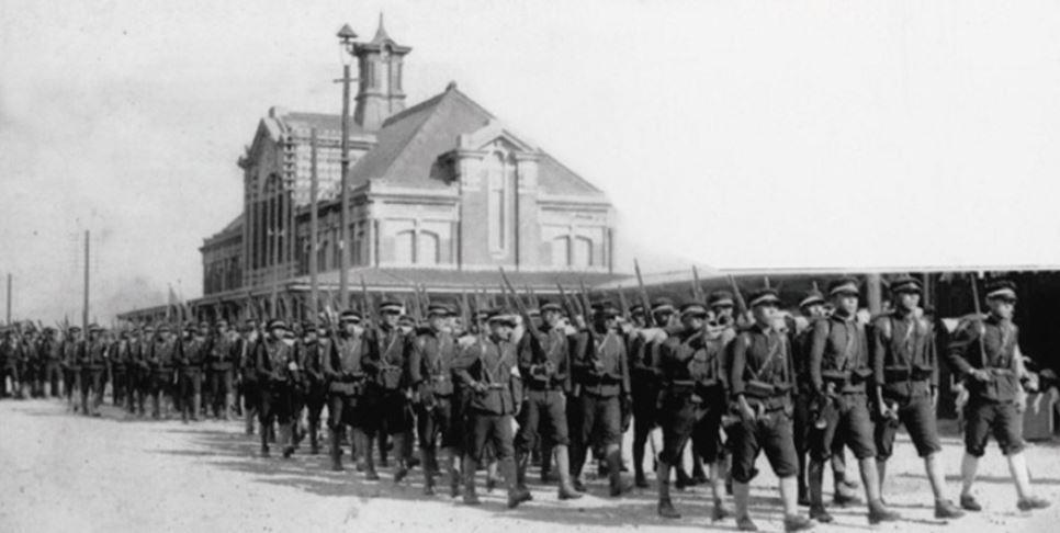 日治時代臺中二中的學生於臺中火車站前行軍演習,由於當時戰爭已經爆發,加上日本於二...