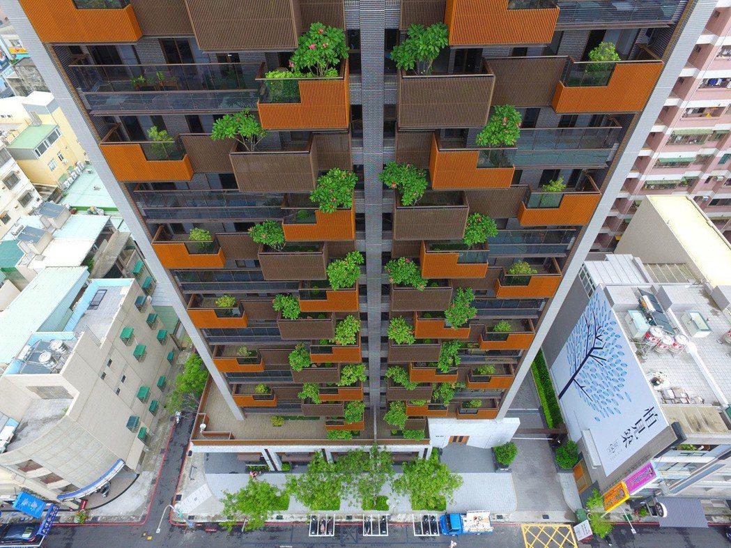 「植見築」以充滿當代綠建築語彙的外觀,相當醒目且清新。 圖片提供/居富開發