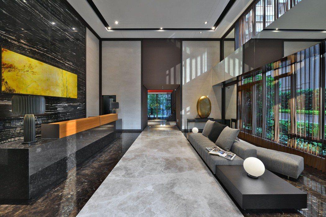 大膽且富涵中國建築藝術感的門廳。 圖片提供/居富開發