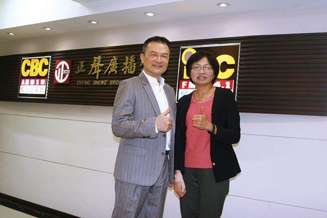 理財周刊發行人洪寶山(左)、財金資訊公司業務部協理陳曉玫(右)