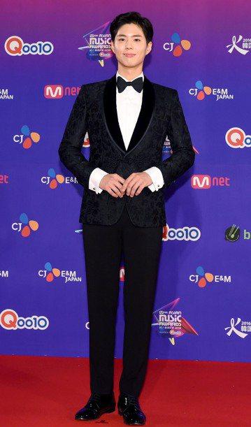韓星朴寶劍鮮少在社群網站上開直播與粉絲互動,日前他擔任「2017 Mnet Asian Music Awards(MAMA)」日本場主持人,典禮結束後他在返家路上突然開直播,要粉絲在寒冷的冬夜注意安...