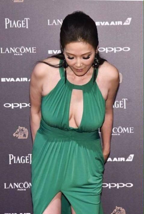 丁國琳在「大佛普拉斯」演出葉女士,外型亮麗,她日前在金馬獎的性感裝扮同樣引人注目,她多次在臉書上秀出性感裝扮,最近她又露出倒奶露胸照,主動向那些邀約她的小鮮肉們道歉。丁國琳在臉書上寫著:「不是我不想...
