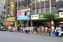 遭縱火鵝肉店每月1日招待鵝肉飯 最多曾千人排隊