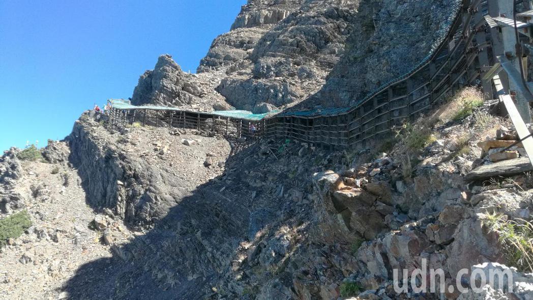 攀登玉山主峰必須經過驚險的風口碎石坡。記者劉學聖/攝影