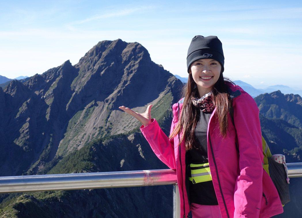 東森氣象主播王淑麗挑戰在玉山氣象站播報氣象。記者劉學聖/攝影