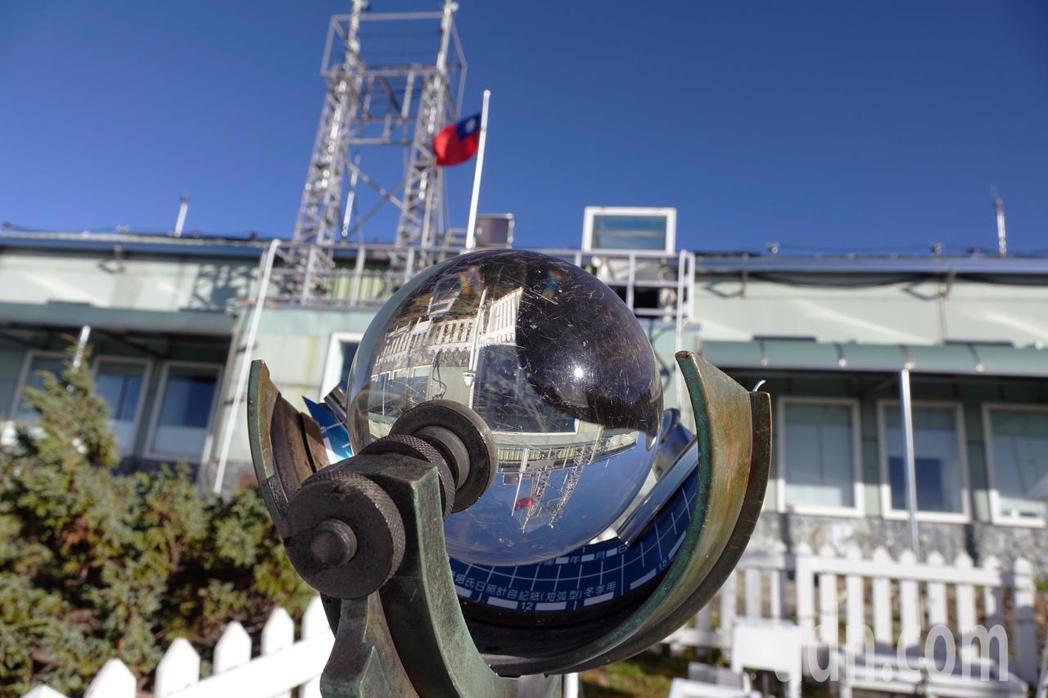 玉山氣象站位於南投縣信義鄉玉山北峰海拔3858公尺頂上,為東北亞最高的氣象站。記...