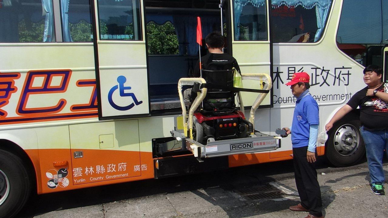 政府為照顧老弱,都能花錢添購各種運輸巴士,卻因不補助偏鄉公共運輸,使老人優惠票被...