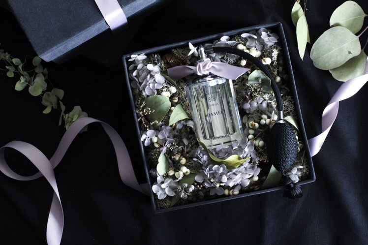 JAMEI CHEN X STORIES限量水晶瓶身香氛在12月推出預購。圖/J...