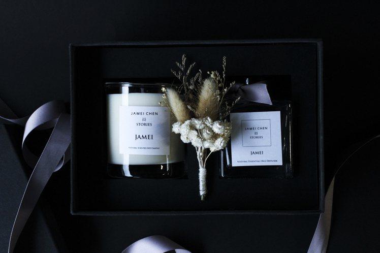 香氛蠟燭擴香禮盒包括蠟燭、擴香瓶與麂皮絨裱布禮盒、永生花藝,售價5,680元。圖...