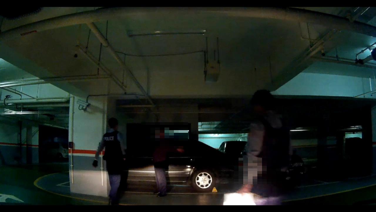 男子才下賓士車就被警方盤查。記者鄭國樑/翻攝