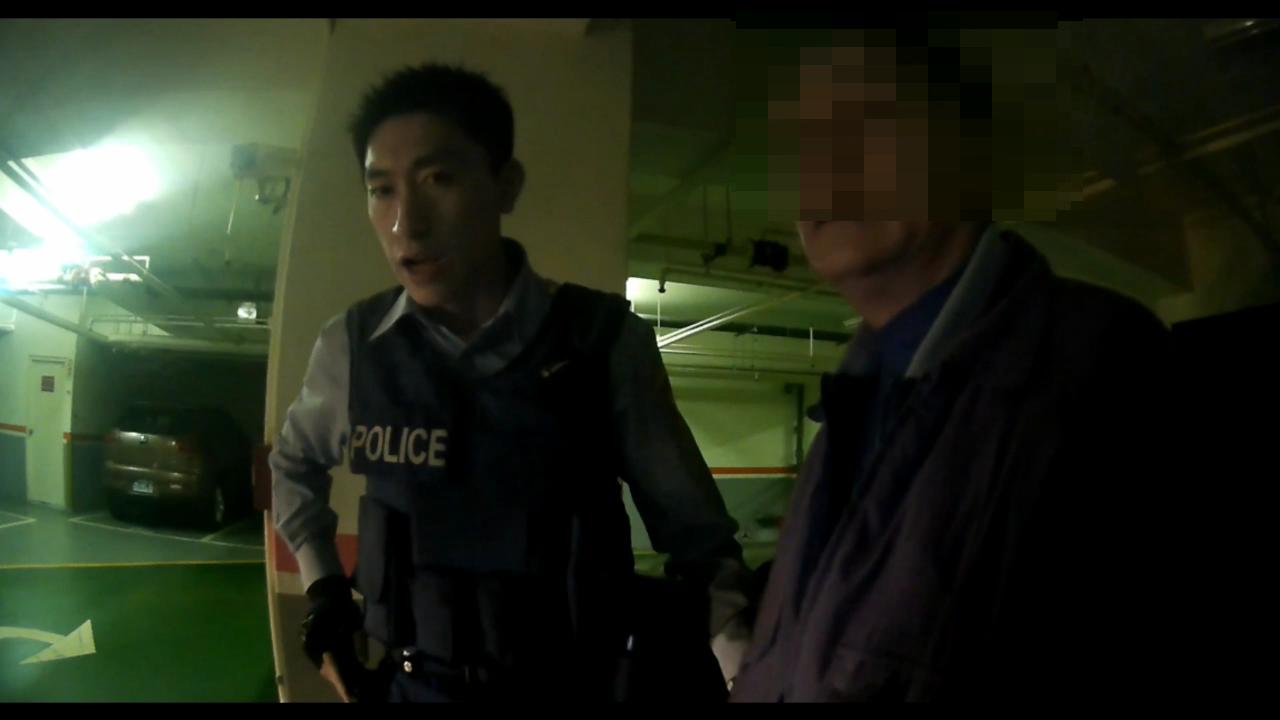 男子一開始口頭冒用假身分資料應付盤查被識破,警方斥責「再給你機會,不要多一條罪」...