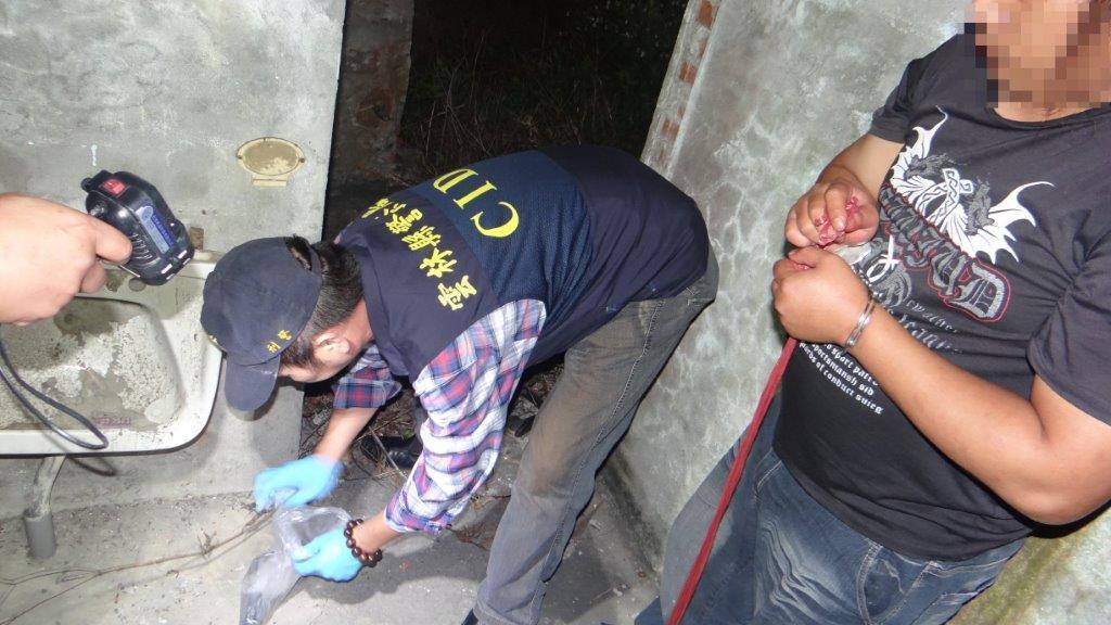 姚嫌帶著警方起出作案用的槍彈。圖/台西分局提供