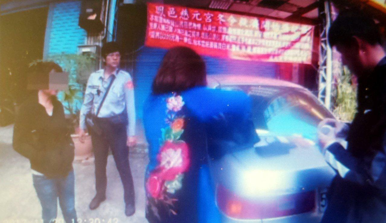 警方逮捕裝「憨富婆」的蔡女(左三)及林女(左),查出她們與另名何姓男子組金光黨涉...