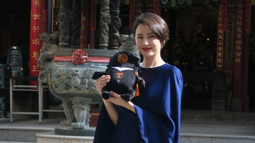 長澤雅美以一襲寶藍色斗篷剪裁洋裝,俏麗現身台南。 記者陳睿中/攝影