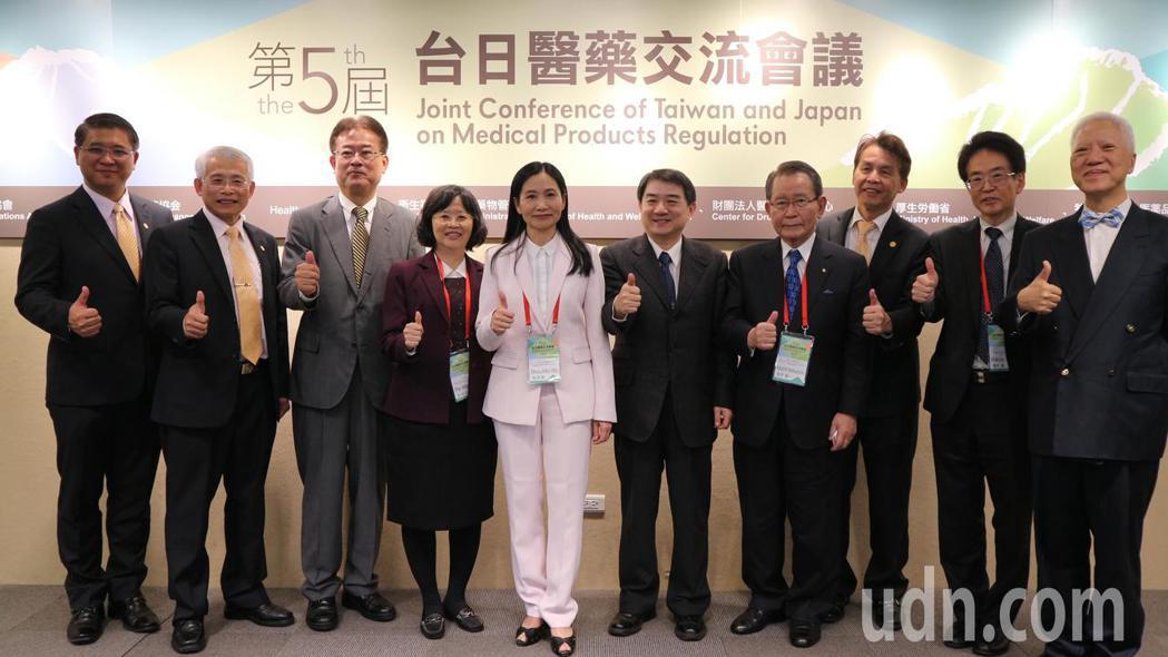 食品藥物管理署今舉辦「第五屆台日醫藥交流會議」,署長吳秀梅(中)向日方提出藥品、...