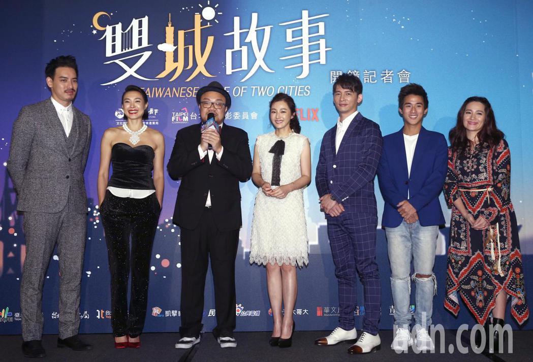 黃柏鈞(左起)、曾珮瑜、導演葉天倫、陳怡蓉、溫昇豪、李博翔與羅美玲下午一起出席跨