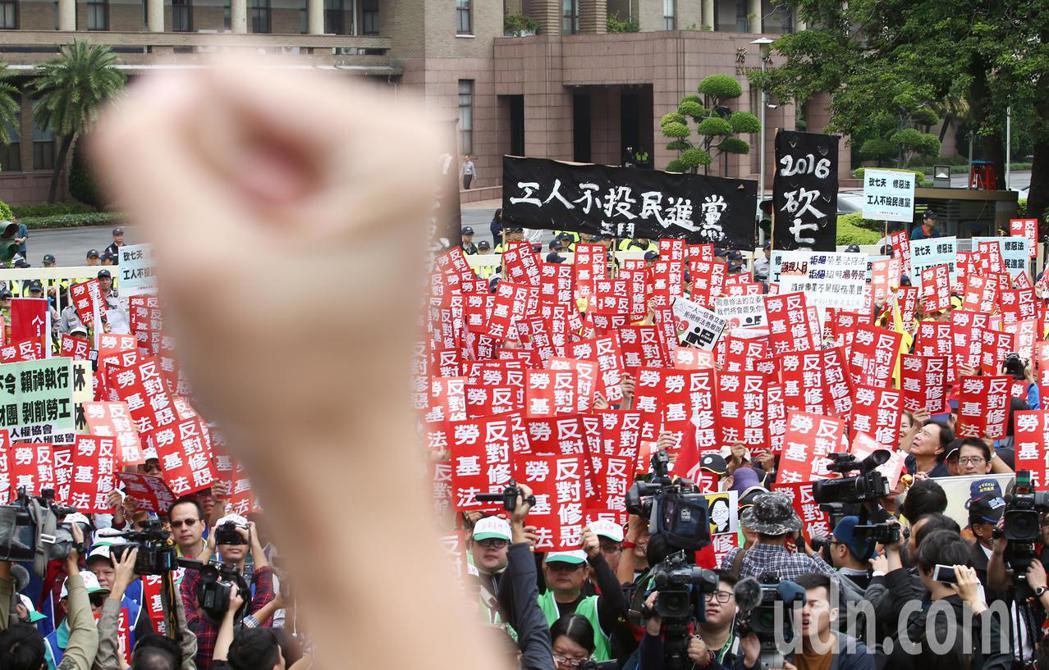 不滿行政院修法只滿足資方需求,勞團號召各工會數百人集結在行政院前抗議,勞團批評,...