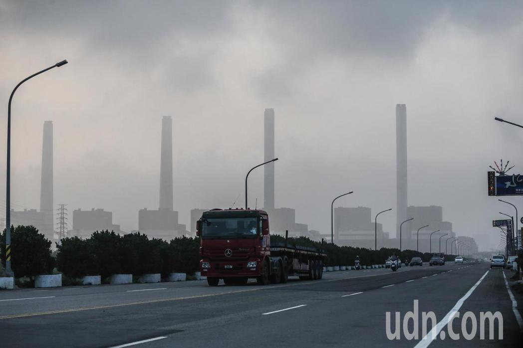 中部入秋以來空氣品質最差的一天,街道上能見度變低。記者黃仲裕/攝影