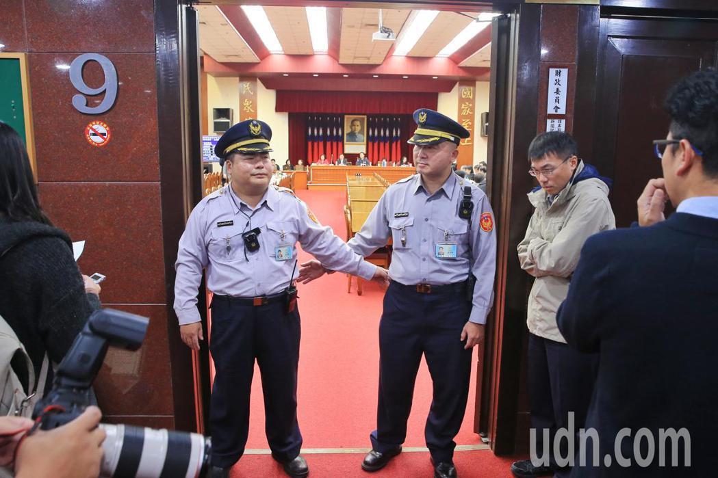 立法院財委會起依秘書處公文限制記者採訪區,駐衛警阻擋媒體進入。記者林伯東/攝影