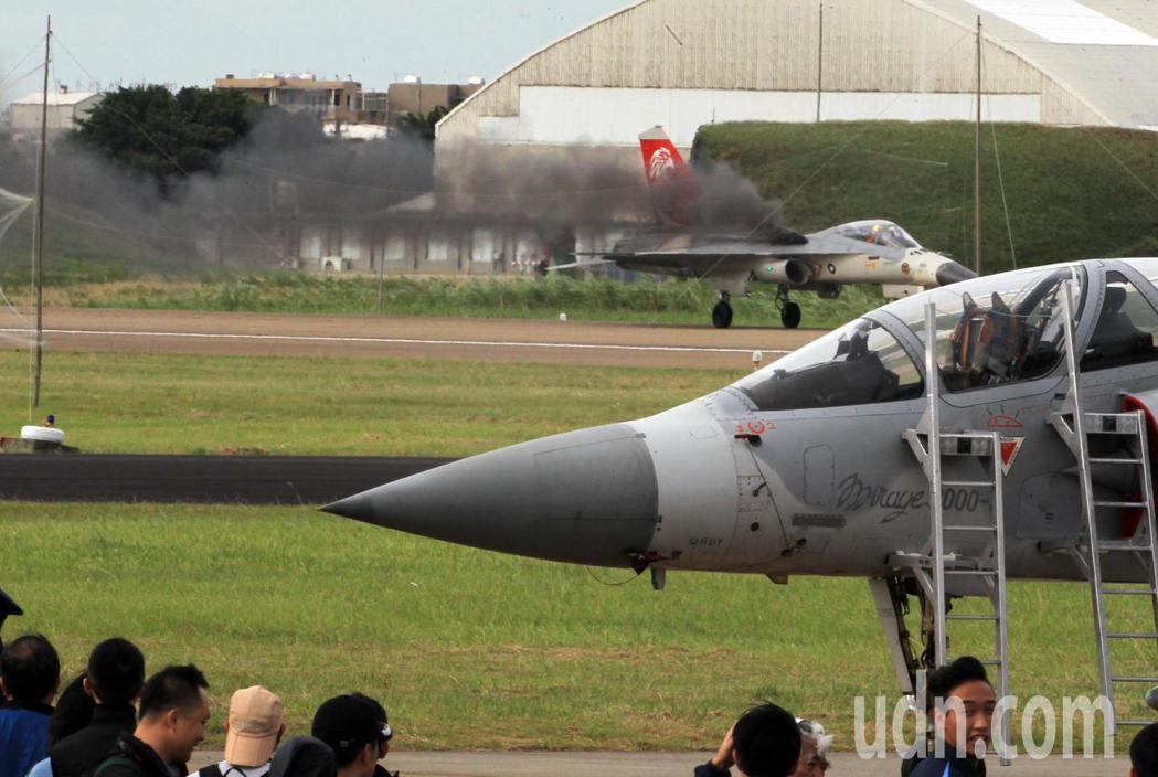 新竹空軍基地舉行營區開放全兵力預演,編號1428的IDF經國號戰機在表演完降落時...