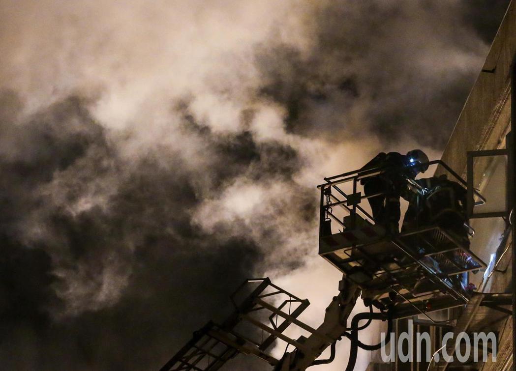 台北市11月11日凌晨接近3點發生一起火災意外,濟南路二段一處公寓住宅的6樓樓頂...
