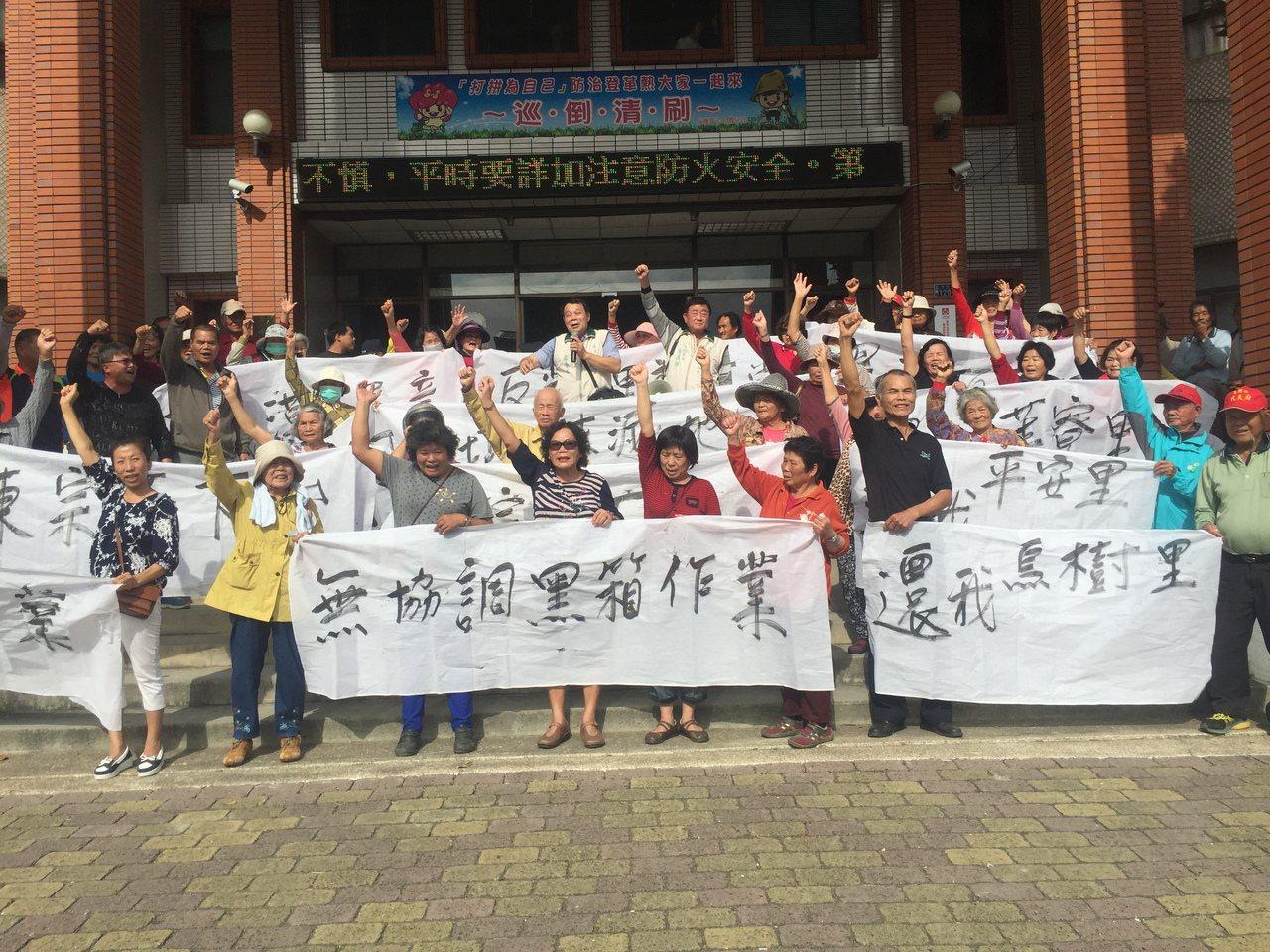 台南後壁區里長到公所抗議。記者吳政修/攝影