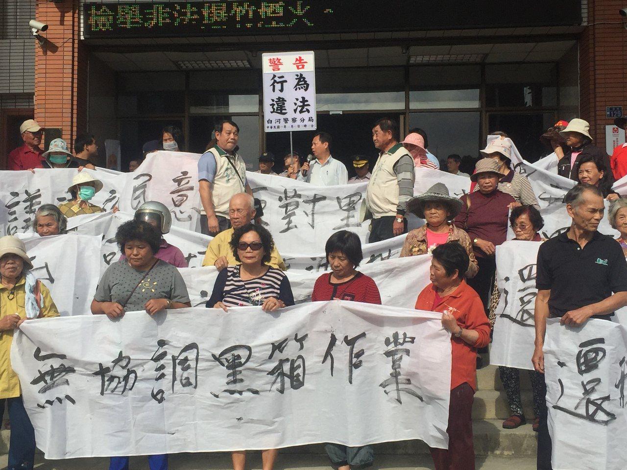 台南後壁區里長到公所抗議,警方舉牌警告。記者吳政修/攝影