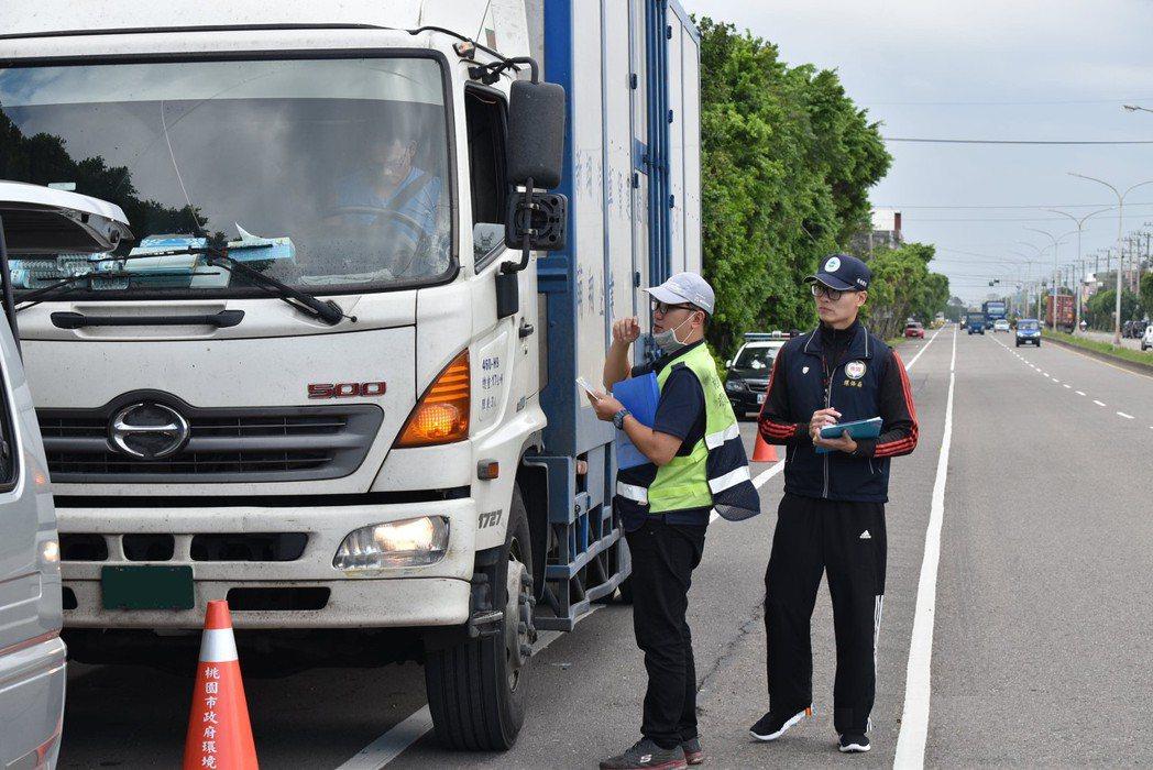桃園市環保局不定期於路邊實施柴油車攔查。圖/環保局提供