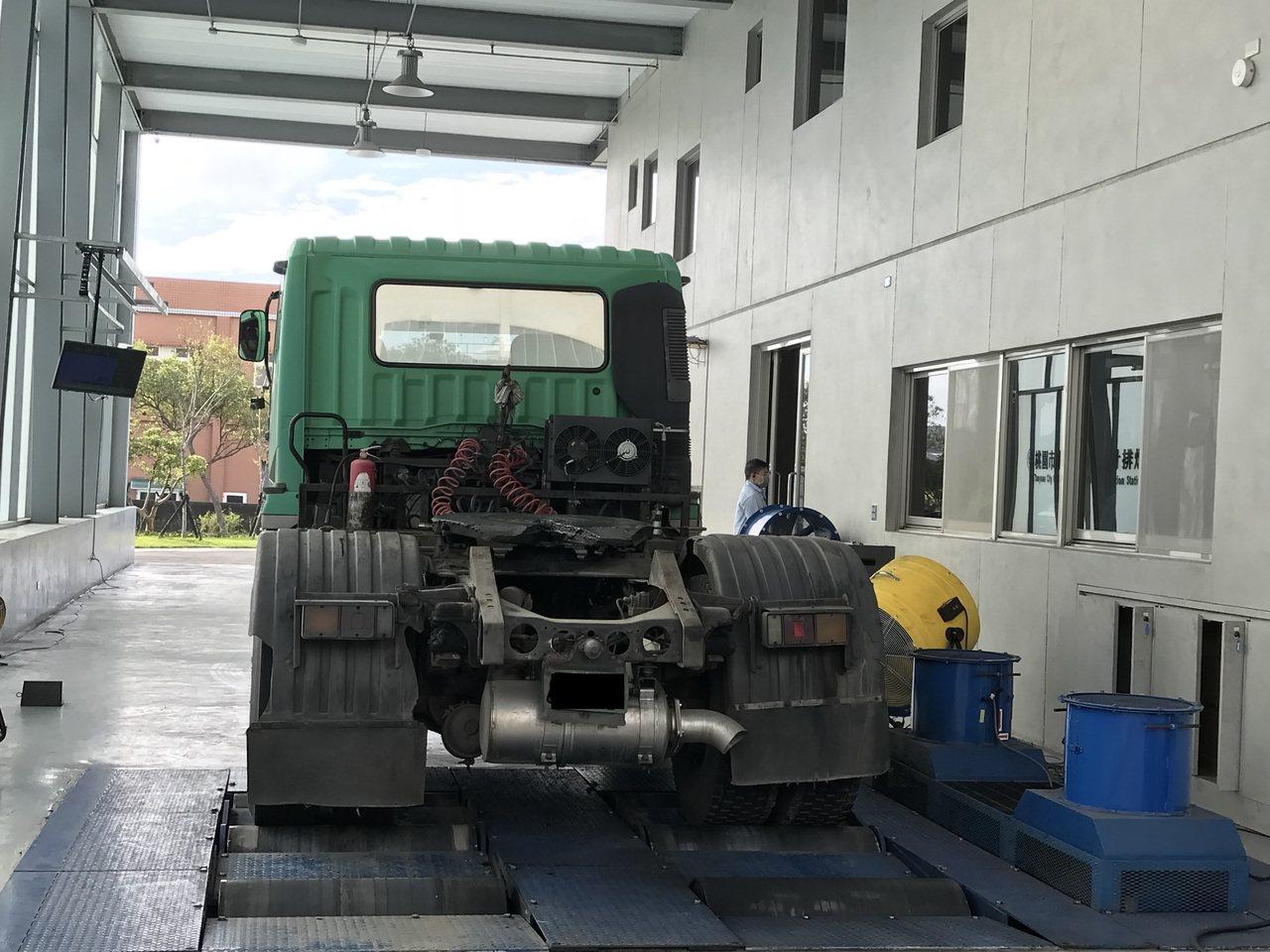 桃園市環保局於龜山定檢站,進行大型柴油車排煙檢測。圖/環保局提供