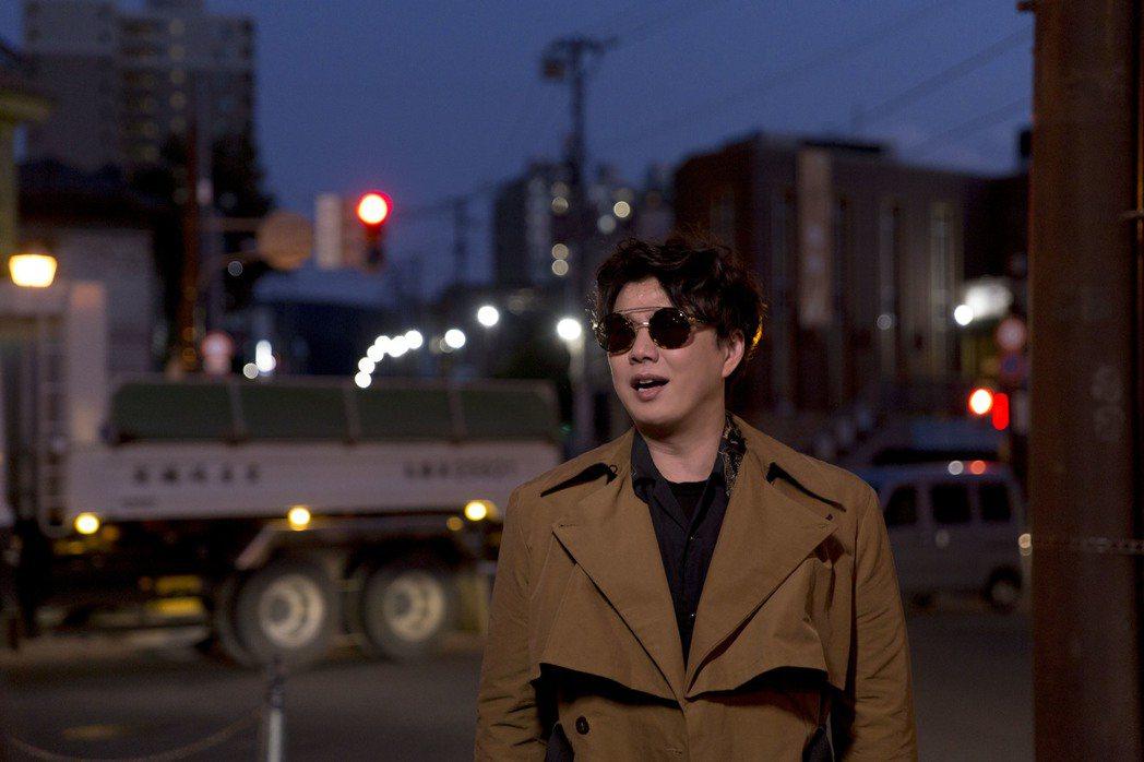 蕭煌奇發行台語專輯「人生我敬你一杯」,赴北海道拍攝封面和MV。圖/華納提供