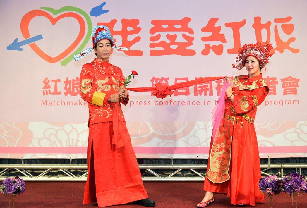 主辦單位今天在現場安排一對新郎新娘身穿中國婚禮服飾,小倆口活潑逗趣的表演增添不少