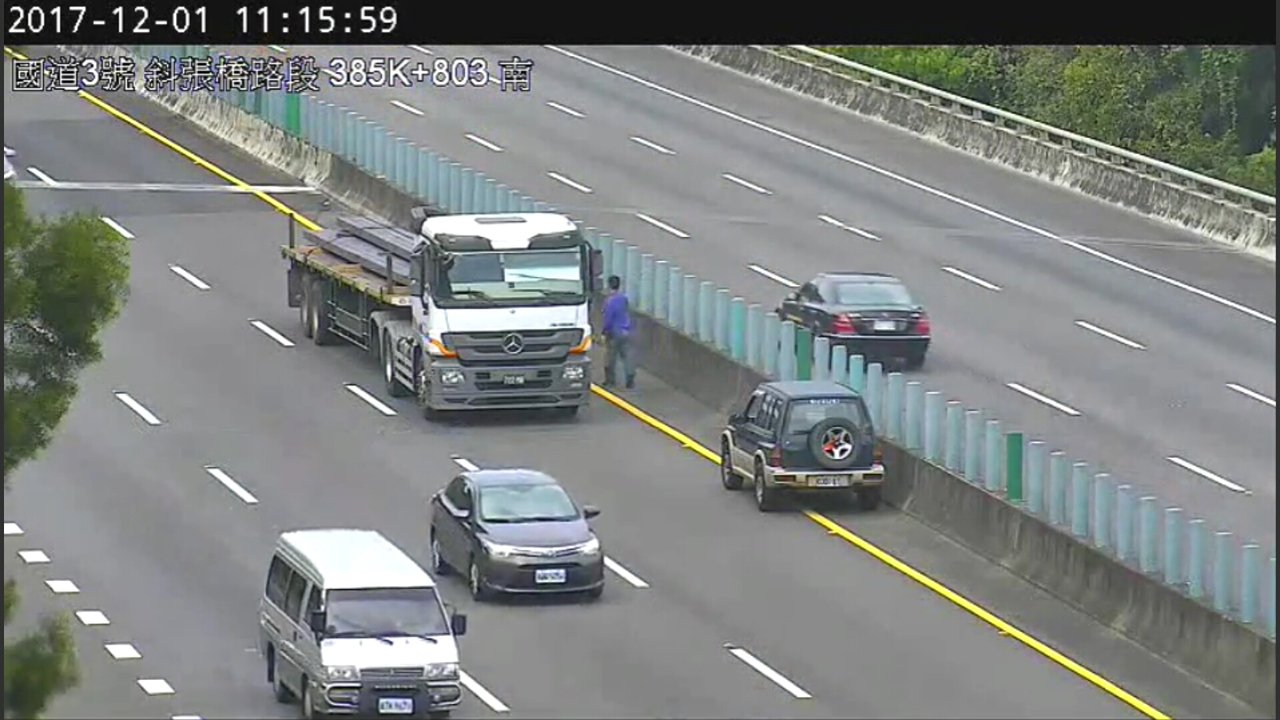 熱心的拖板車司機攔住在國道3號逆向行駛的休旅車。記者林保光/翻攝