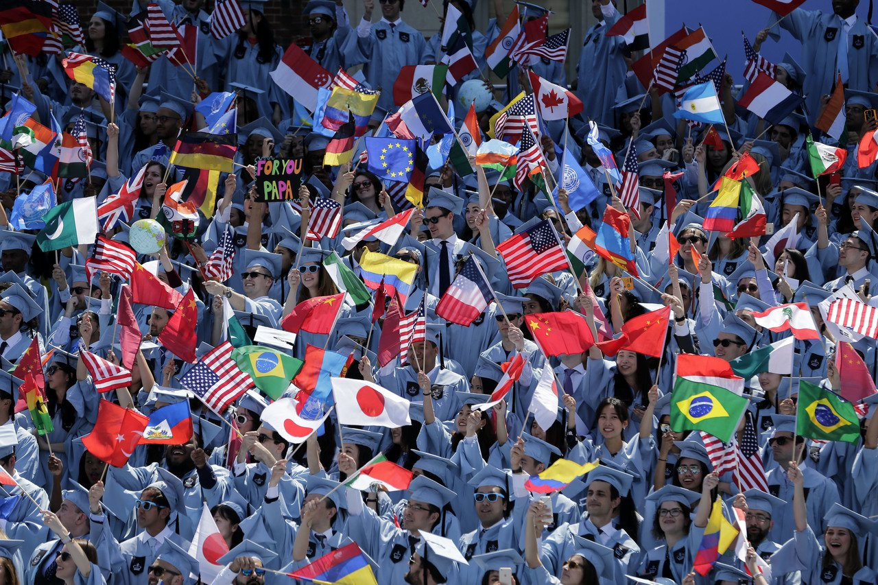 美國紐約哥倫比亞大學國際事務學院的國際學生在畢業典禮上揮舞本國國旗。美聯社