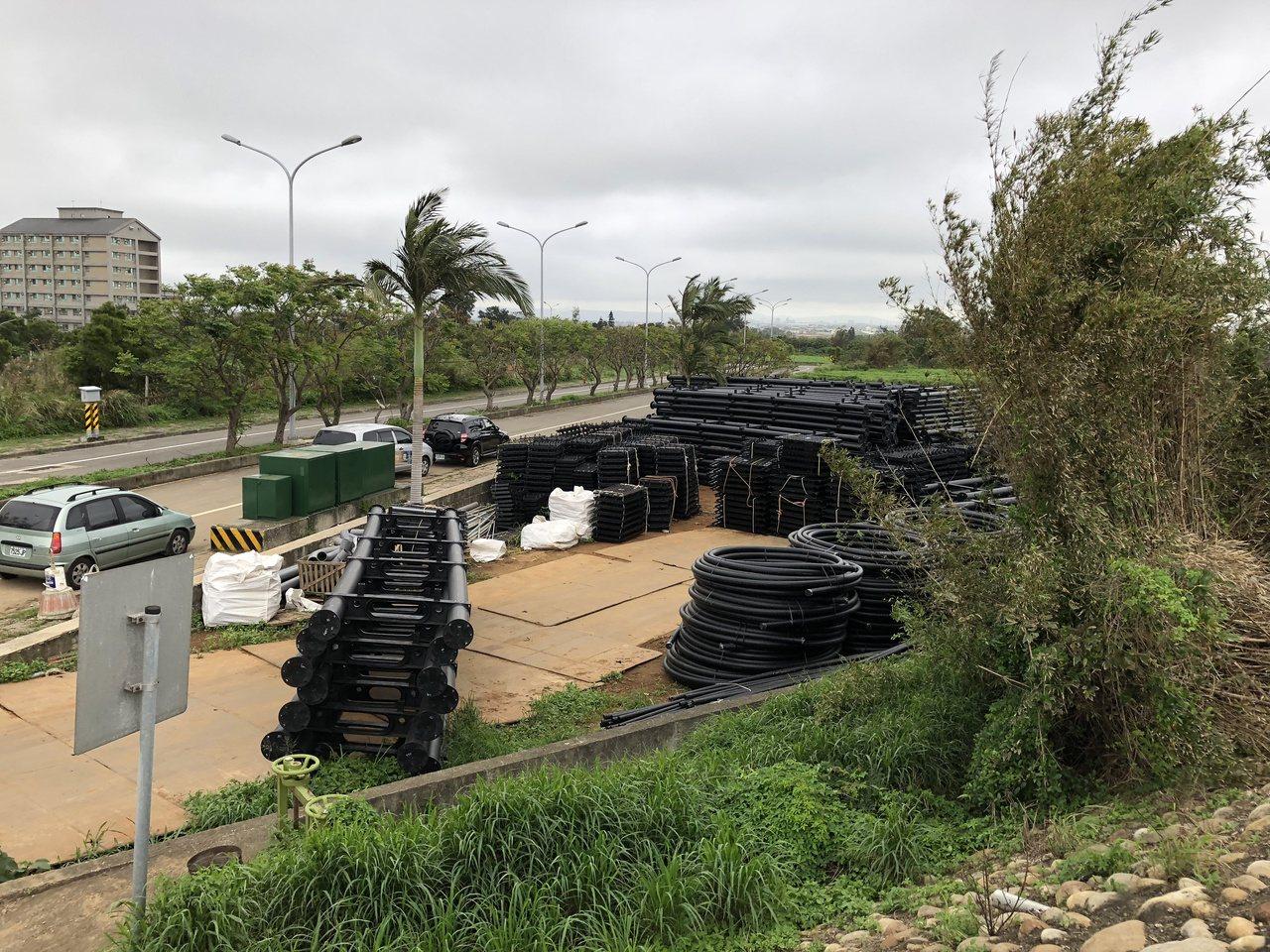 桃園市政府昨天派員會勘,發現觀音大園交界的8-24號池違法施工,架設太陽能板,周...