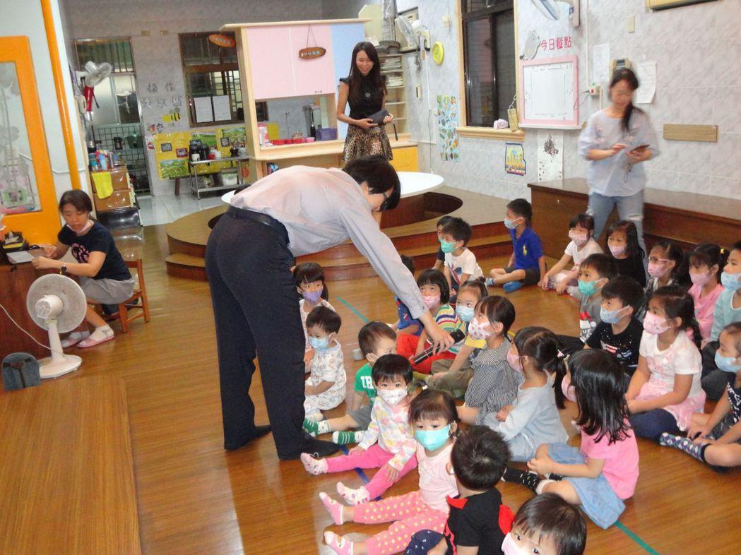 永康分局交通組員警教導小朋友與幼兒園老師兒童安全座椅常識。圖/警方提供