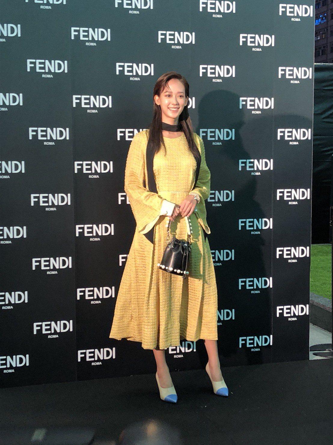 孟耿如選擇鮮豔顏色的裙裝出席Fendi耶誕點燈活動。記者孫曼/攝影