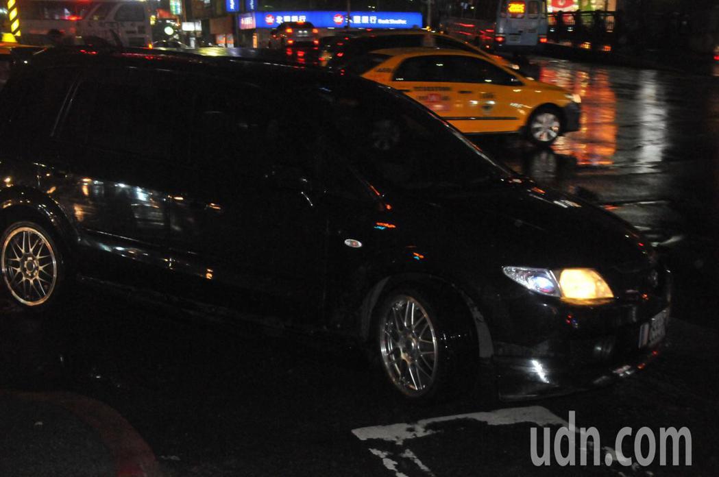 基隆雨夜婦人被撞拖行百公尺 小黃司機熱血攔肇逃車