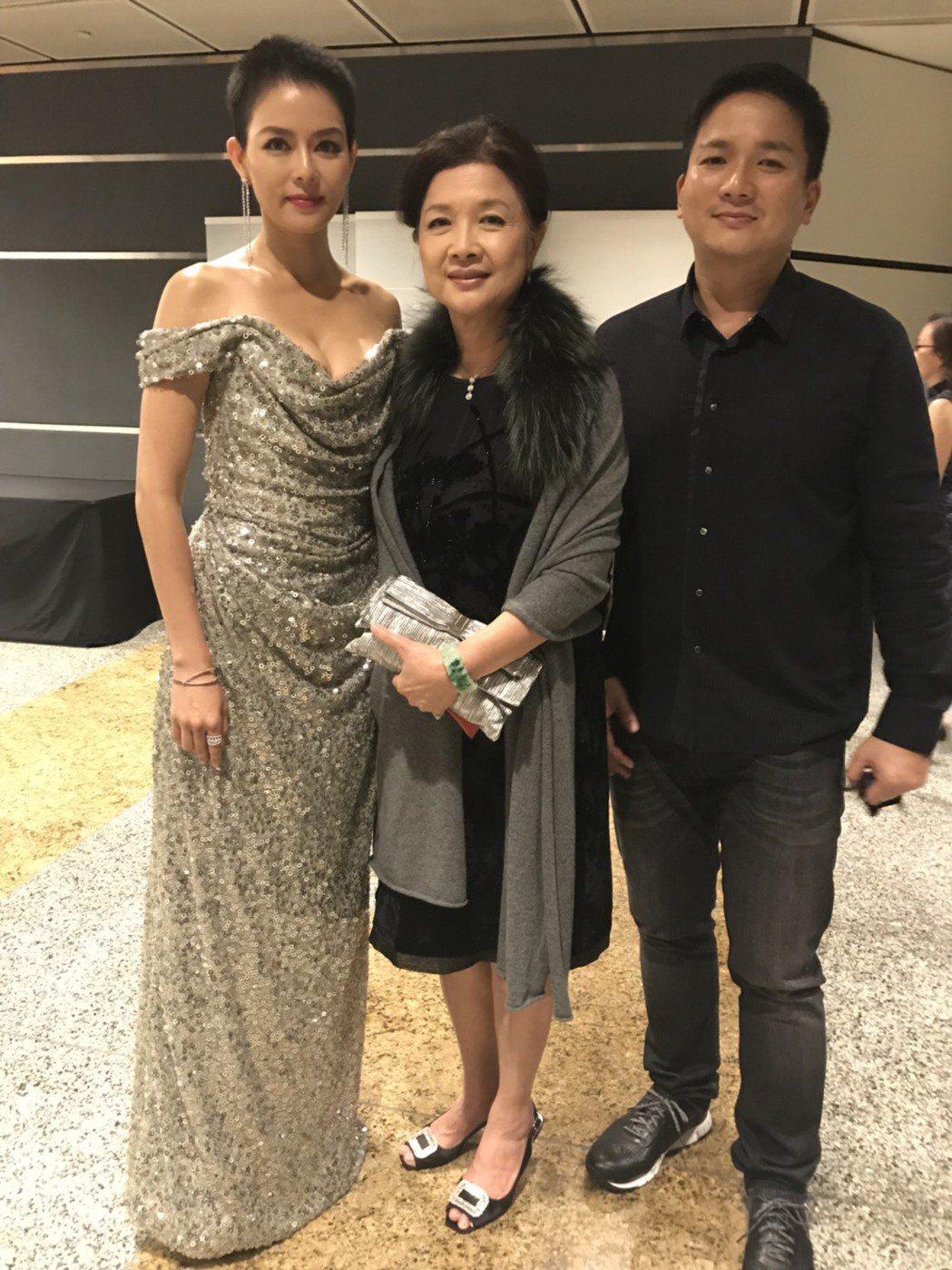 劉香慈出席新加坡亞洲電視大獎,老公和婆婆也到場力挺。圖/民視提供