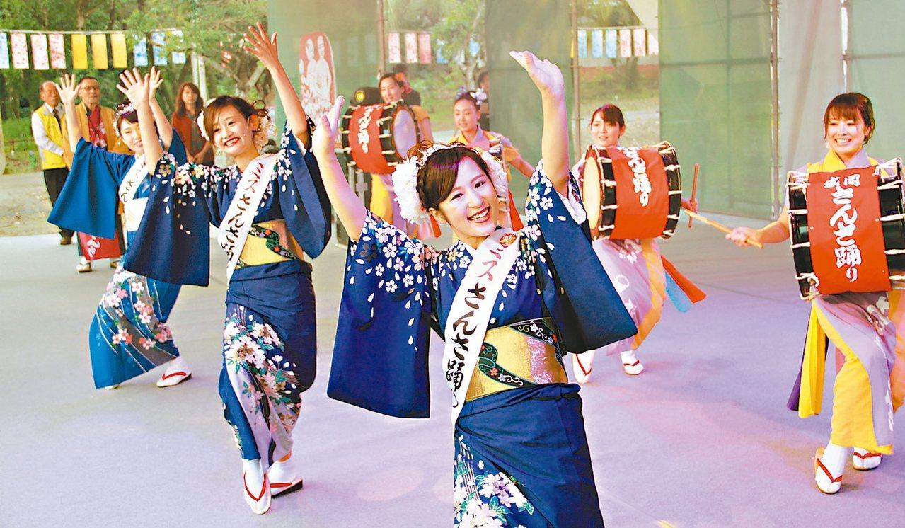 2017礁溪溫泉季今天開幕,日本舞者上演人氣祭典的三颯舞、花笠舞。 記者羅建旺/...