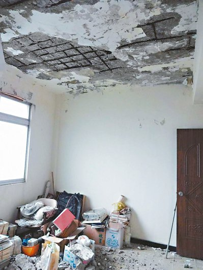 北市中山區一處5層樓公寓社區,住戶陸續發現天花板水泥塊嚴重剝落、鋼筋外露,今年初...